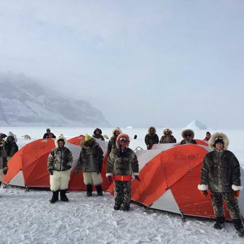 Niños en la Cumbre, caminando sobre hielo