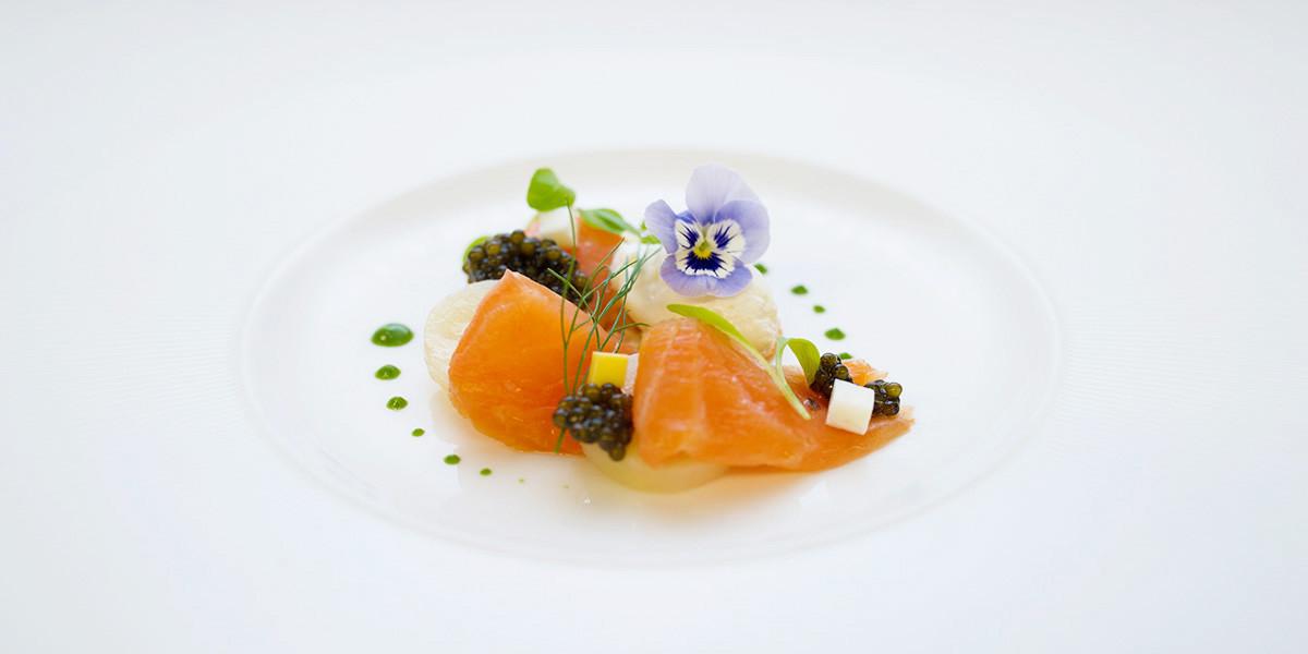 Le-palme-dOr-Salmon--caviar-papas