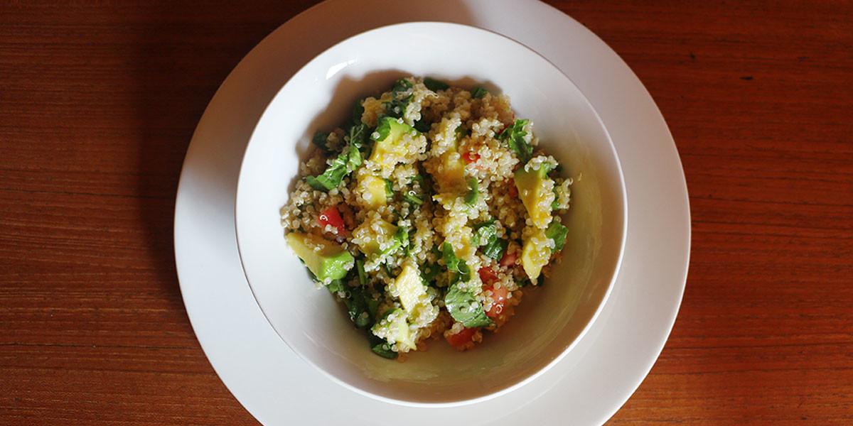 ensalada-de-quinoa-aguacate-tomate-rugula