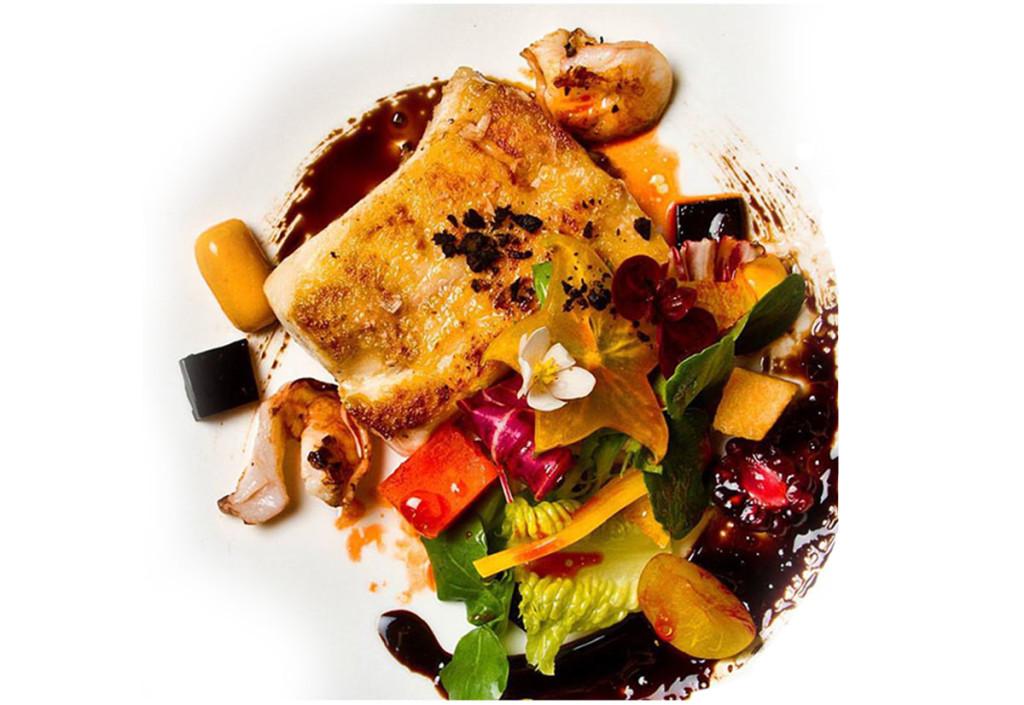 Róbalo asado con ñoquis esféricos de batata, gelatinas de caldo de jaiba, reducción de balsámico y ensalada fresca
