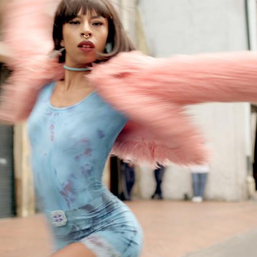 """Una bailarina de """"Vogue"""" toma las calles de Bogotá al ritmo de Pillar Point"""