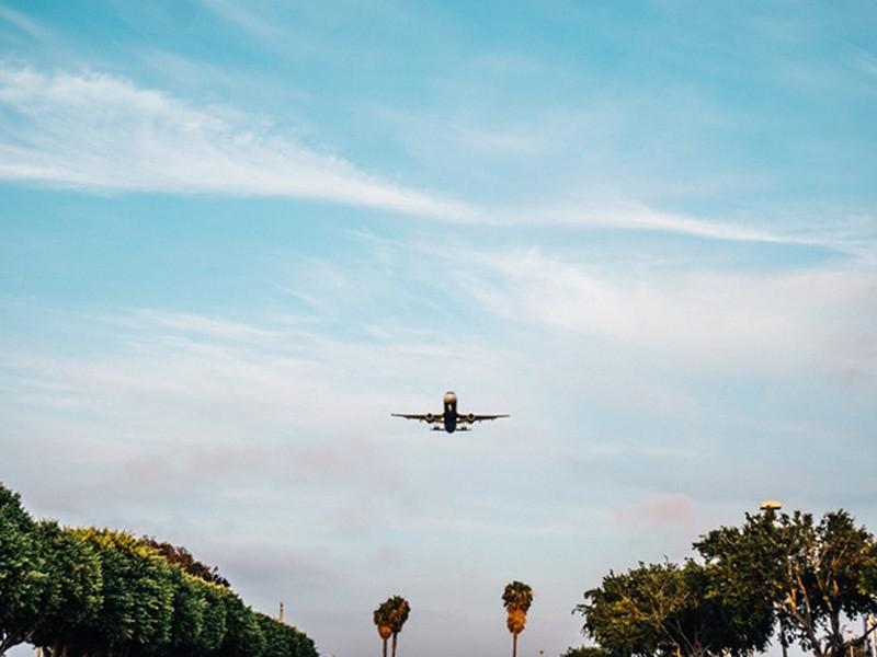flying-airplane-plane-landing-large-1