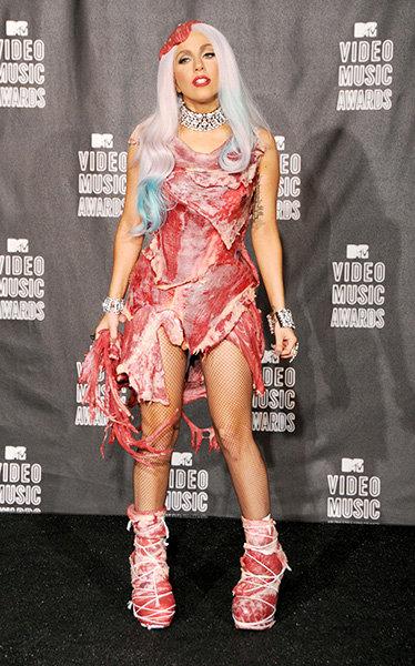 Marca un hito al llegar vestida con pedazos de carne cruda para los VMA's 2010.