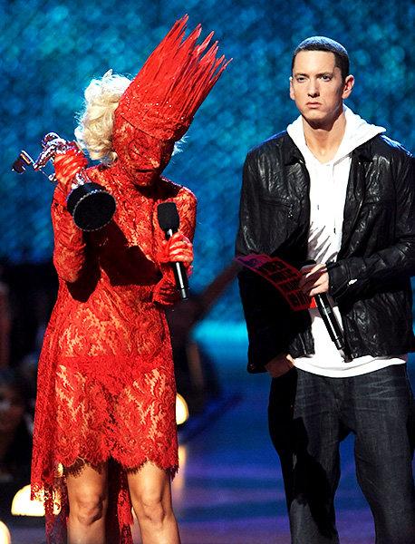 Y aceptar el premio a la mejor artista en encaje rojo.