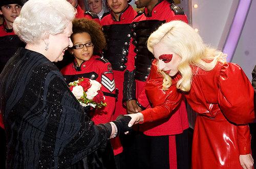 En una extravaganza roja y con los ojos emparchados para ver a la Reina de Inglaterra en 2009.