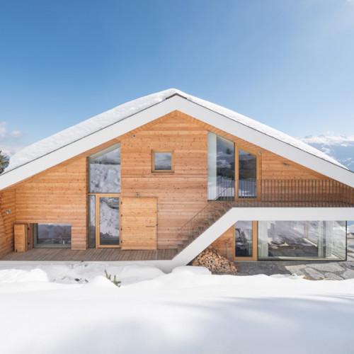 Un chalet moderno en los Alpes Suizos