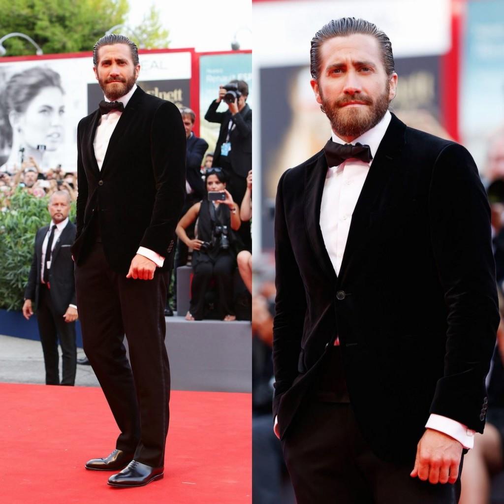 Jake Gyllenhaal en el pasado festival de Cine de Venecia llevando un fajín, bow tie y traje de Salvatore Ferragamo.