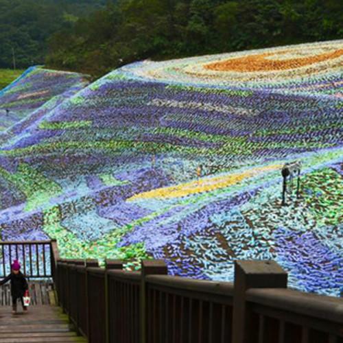 """4 millones de botellas de plástico recrean la """"Noche Estrellada"""" de Van Gogh"""