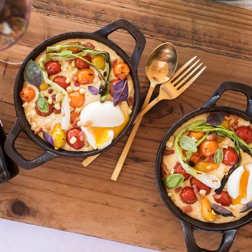 Receta de polenta cremosa con vegetales carbonizados y un huevo de granja