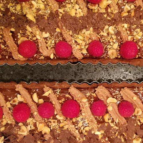 Receta de tarta de chocolate y avellanas con frambuesas