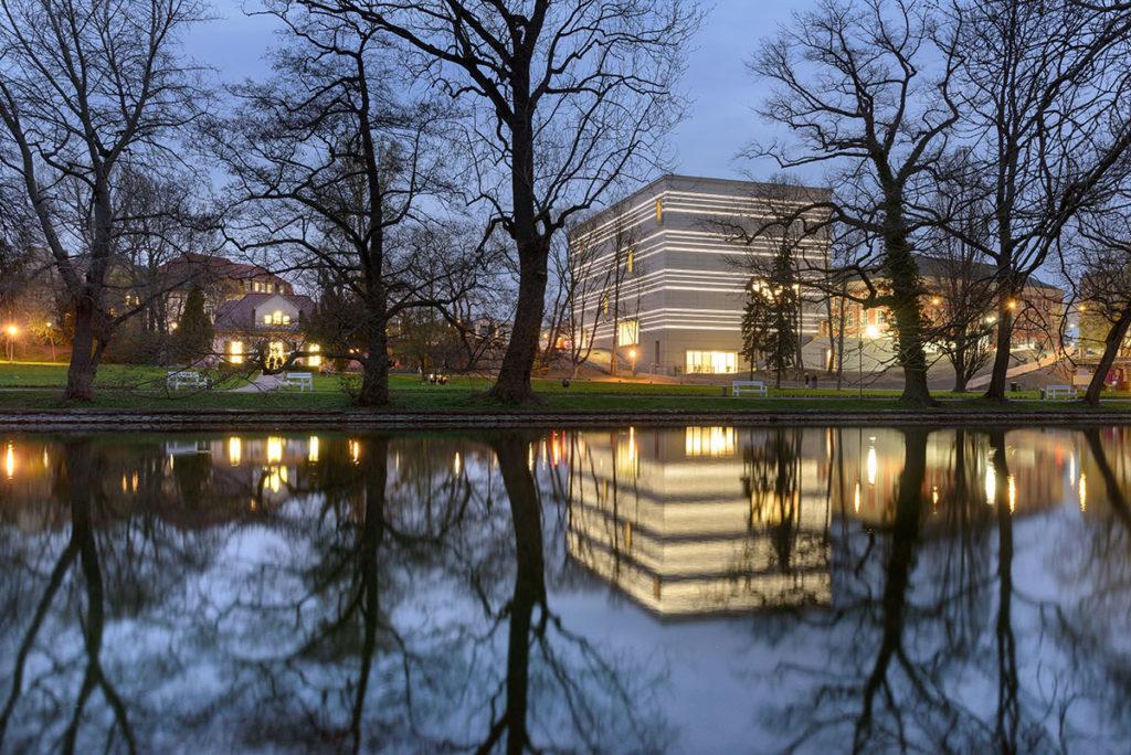 Bauhaus-Museum-Weimar-from-Weimarhallenpark-in-the-evening